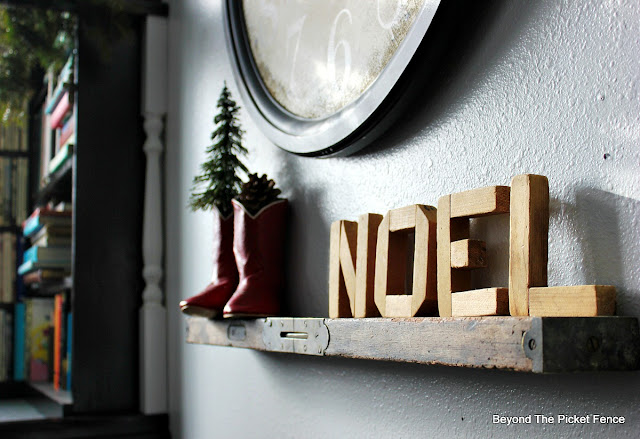 shelf, Christmas decor, noel sign, old level, cowboy boots,https://goo.gl/xpejCP