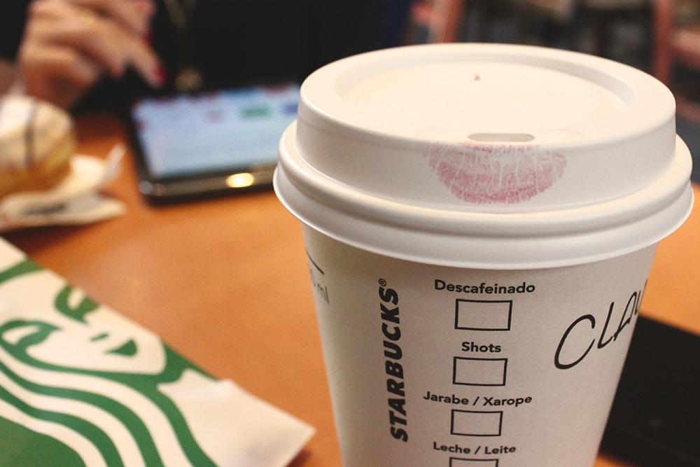 marca batom copo café starbucks