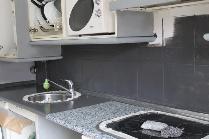Diy renueva la encimera y azulejos de tu cocina con - Pintura azulejos cocina ...