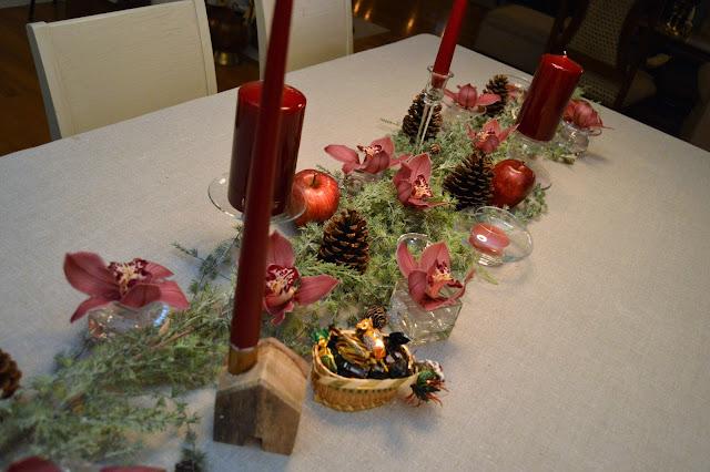 Borddekking med dyprøde lys og orkideer til jul. Bordet før serviset kommer på. Furulunden DSC_0082