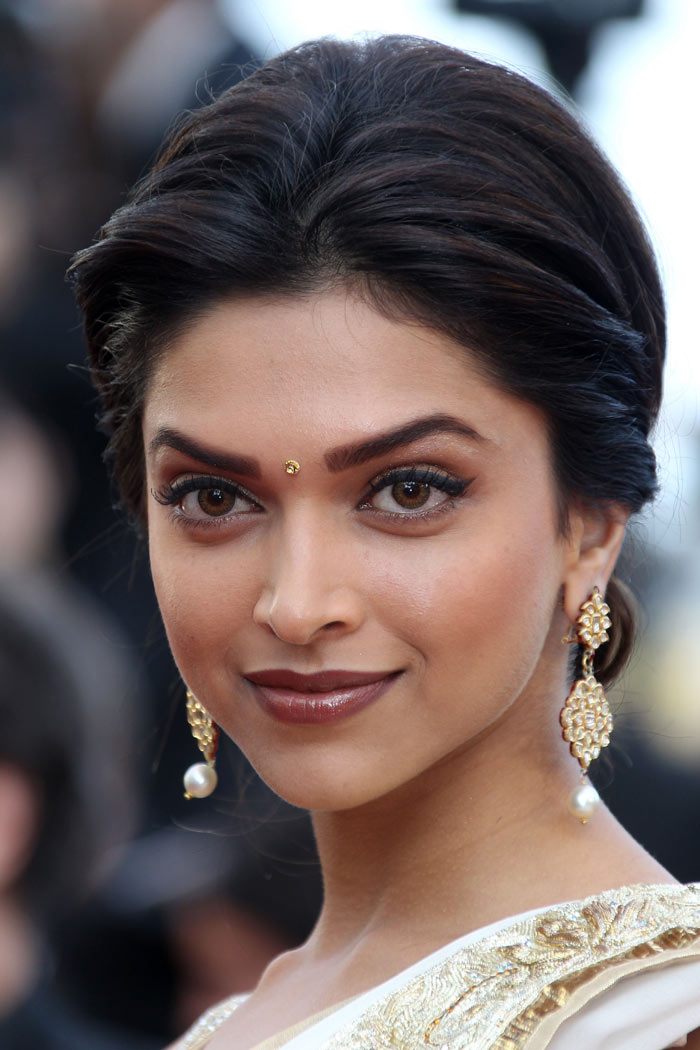 Know Here How To Choose The Right Shape Bindi For Your Face And Do