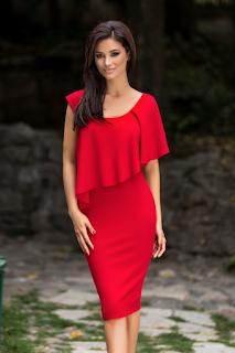 Rochie rosie accesorizata cu volan supradimensionat pentru ocazii