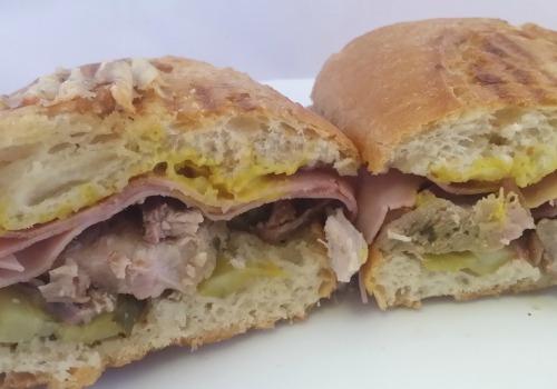 Bocadillo de cerdo, jamón york, queso, pepinillo, marinado