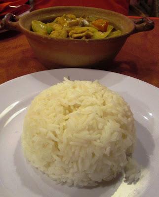 Arroz frito con pollo al curry khemer y leche de coco