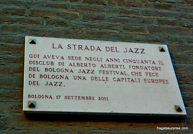 Placa de rua lembra a importância do Jazz em Bolonha, Itália