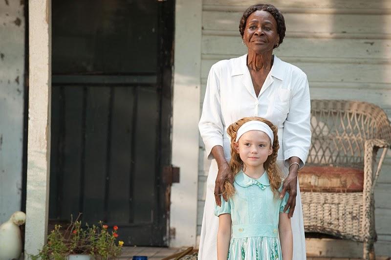 Visserligen får vi se känslosamma bilder från hennes uppväxt där familjens  hemhjälp ger henne moraliska visdomsord af8f02cc18ef4
