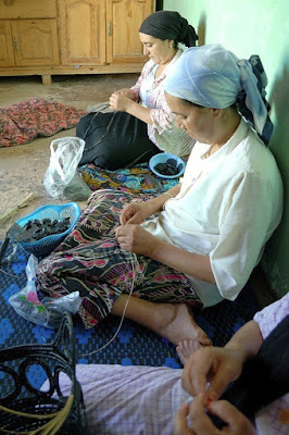 Des femmes Marocains transforment des sacs plastiques en sacs à main