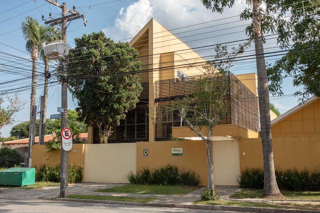 Prédio ocupado por uma escola. Fachada (fundos) voltada para a Rua Simão Bolivar