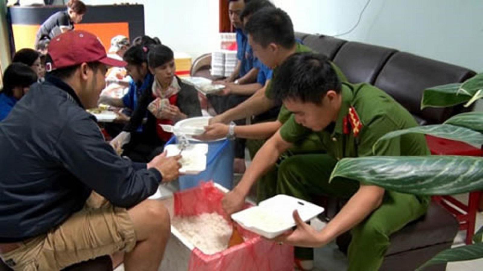 Gia Lai: Những bữa cơm ấm tình người