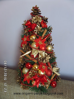 choinka, bombki, kokardki, koraliki, szyszki, boże narodzenie, święta, czerwony, złoty, cynamon, gwiazda betlejemska,