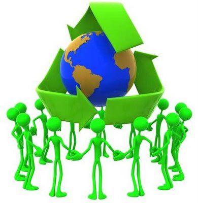 Reciclando en casa. Muñecos verdes rodeando el planeta Tierra