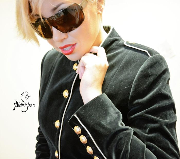 chaqueta con botones dorados