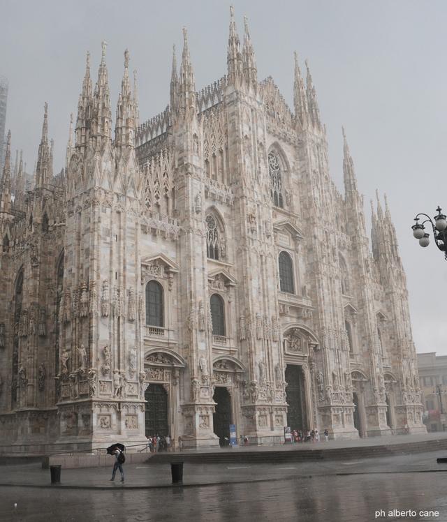 il duomo di Milano sotto la pioggia