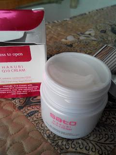 Konsistensi Cream Hakubi Q10 yang ringan, mudah meresap, dan tidak lengket