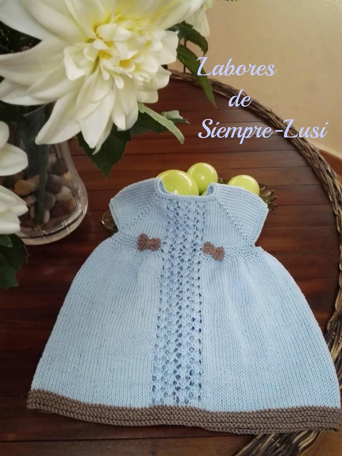 f2f371c30 Vestido bebé en color celeste para una talla de 3 meses en adelante.Se comienza  por el cuello .Con calado central.Terminado con borde de color en contraste  ...