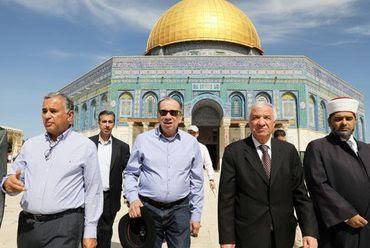 Ex-terrorista Aloysio Nunes visita Monte do Templo acompanhado de líderes islâmicos