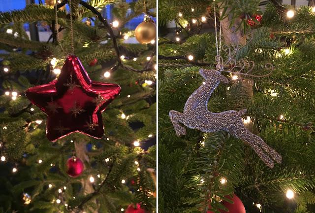 Christbaumkugeln am Baum: roter Stern und goldiges Rentier