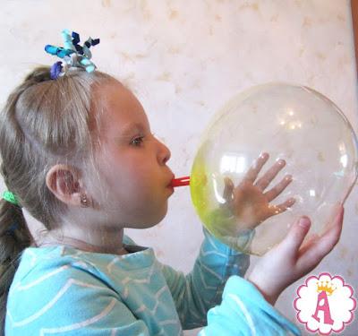 Девочка с канала Queen Alice Toys надувает пластиковые пузыри plastic bubbles