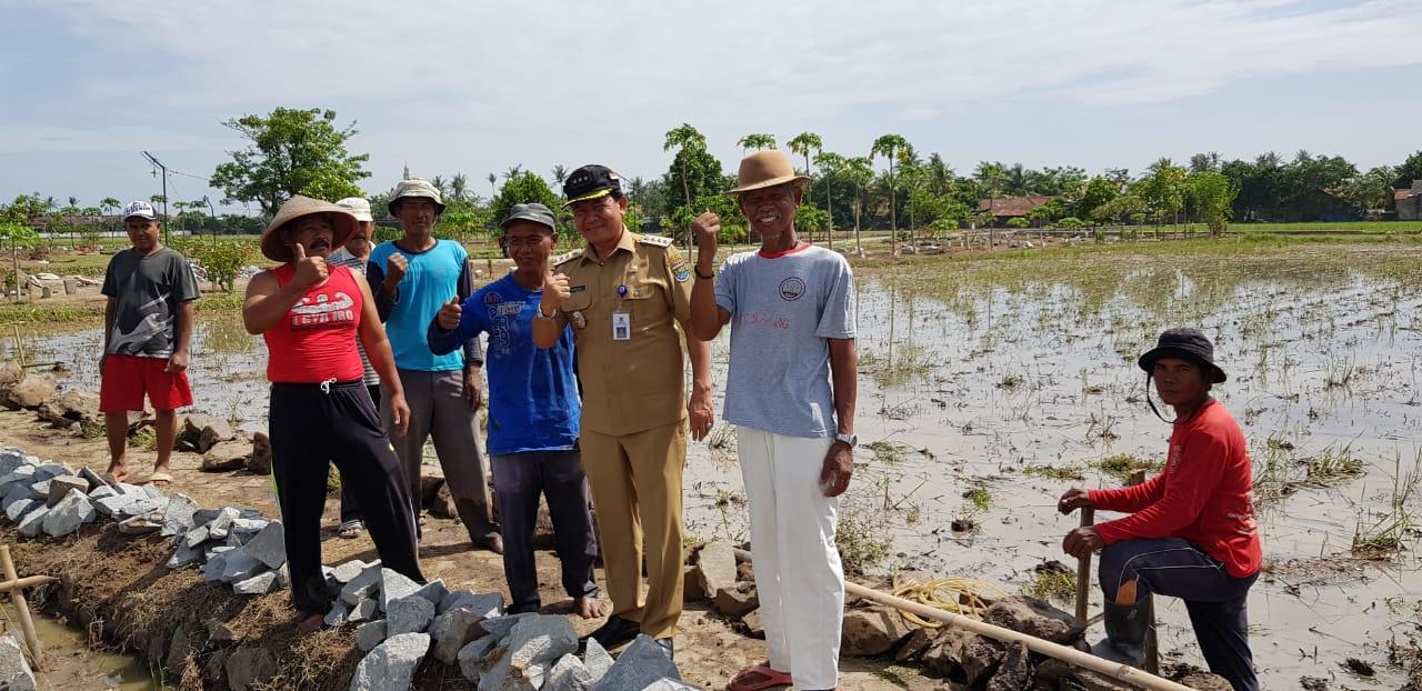 Kades Buaran Jati Dan Purnawirawan TNI Sukses Membangun Akses Jalan Makam Desa Secara Swadaya