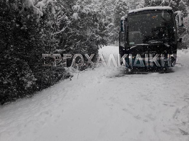 Λεωφορείο του ΚΤΕΛ  έμεινε στα χιόνια στο δρόμο προς Ιερισσό (φωτορεπορτάζ)