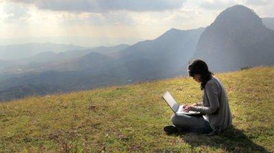 foto internetan di puncak gunung