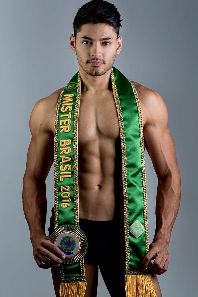 Willian Herculano, o Mister Brasil 2016, posa com a faixa e mostra físico mais definido em ensaio. Foto: Ronaldo Gutierrez