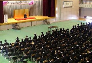 学校で開催された三遊亭楽春の落語会(芸術鑑賞会)の風景です。