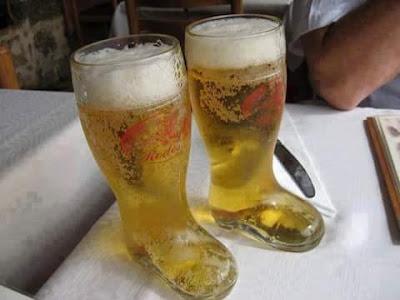 Botas, vaso, cerveza
