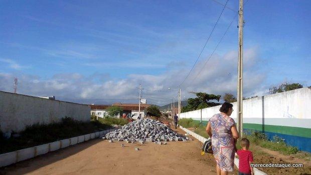 Rua está sendo estreitada de forma exagerada ao ser pavimentada, em Santa Cruz do Capibaribe