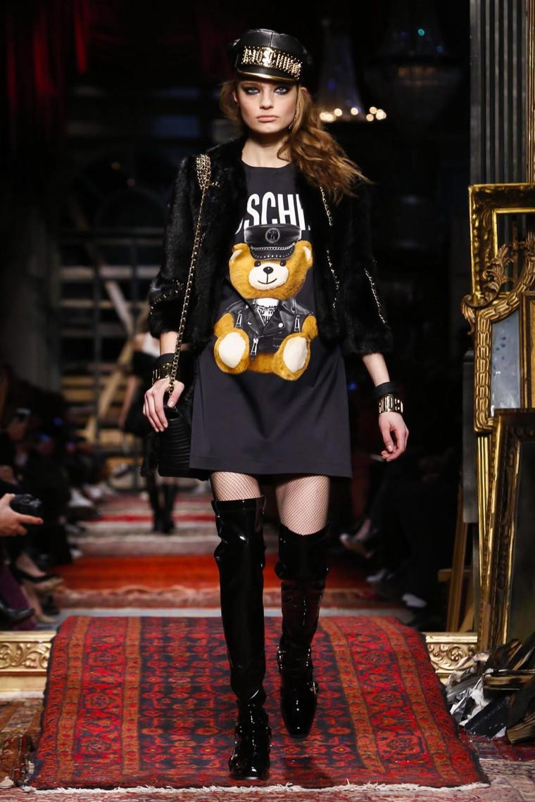 moschino-fall-winter-2016-2017-collection-milan-fashion-week, moschino-fall-winter-2016-2017, moschino-fall-winter-2016, moschino-fall-winter-2017, moschino-fall-2016-2017, moschino-fall-2016, moschino-fall-2017, moschino-teddy-bear, ours-moschino, coque-moschino, du-dessin-aux-podiums, dudessinauxpodiums