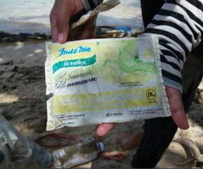 Foto Sampah Plastik Bungkus Indomie Berusia 19 Tahun di Sendang Biru, Malang, Viral di Media Sosial