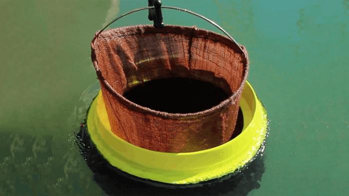 Rede coletora de resíduos dentro do tubo. Crédito: Seabin Project