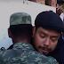 Fotógrafo se reúne con el soldado que trató de salvar a su familia (VIDEO) -