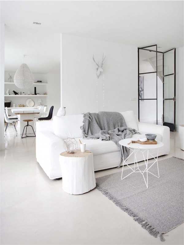 sofa blanco con plaid gris chicanddeco