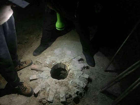 Bé trai 8 tuổi mất tích, 5 ngày sau thi thể được phát hiện một cách khó hiểu dưới hố sâu trong sân trường