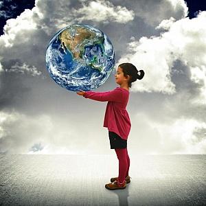 Niña sujetando el Mundo