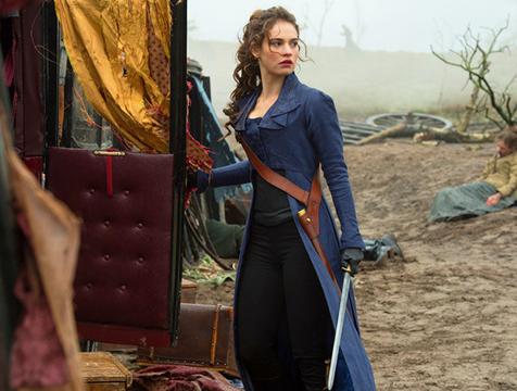 Elizabeth Bennet (Lily James) en la película Orgullo y prejuicio y zombis - Cine de Escritor