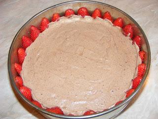 Reteta si preparare tort de inghetata de casa cu ciocolata si capsuni,