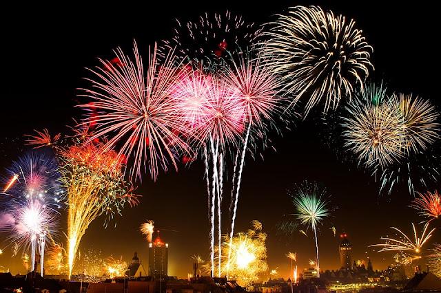 Perayaan tahun baru di alun-alun dan pusat keramaian kota.