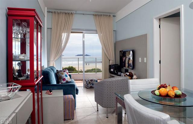 Decoração de sala de estar apartamento de praia