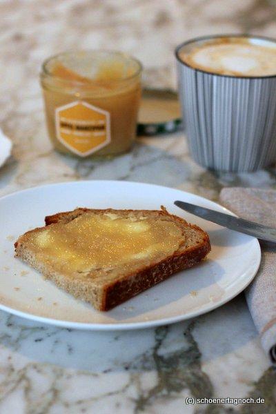 Selbstgemachte Apfel-Marzipan-Konfitüre auf Brot