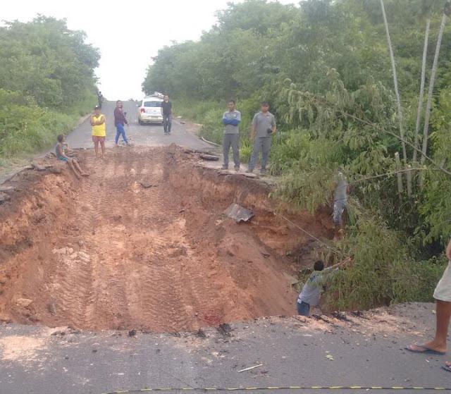 Iniciado os trabalhos de recuperação do asfalto rompido na MA-034, no povoado Carrapato, em Brejo/MA