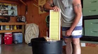 Φτιάχνουμε ερασιτεχνικό μελιτοεξαγωγέα και μαθαίνουμε να κόβουμε κηρήθρες...video