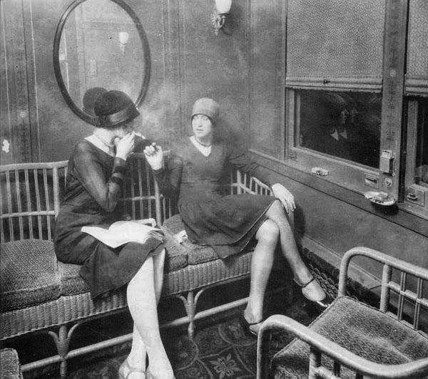 Flappers fumando en un tren