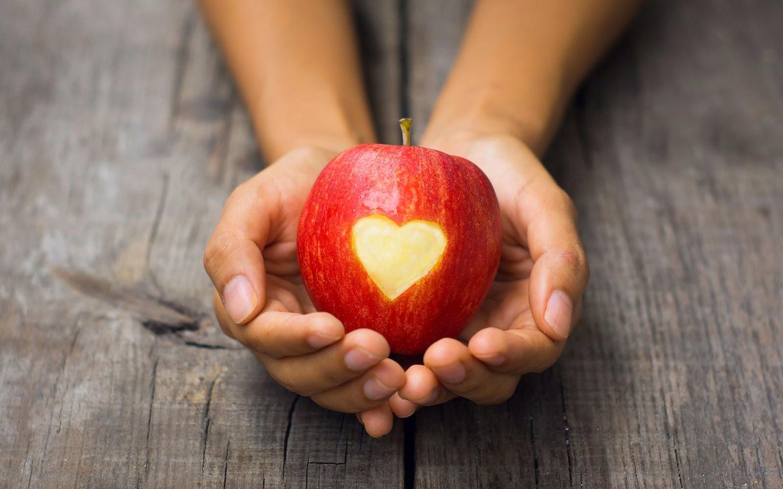 Appel met liefdes hartje