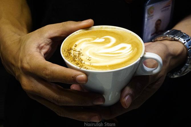 Cafffe Latte pesanan salah satu pengunjung kedai kopi