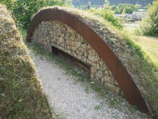 Archäologiepark Altmühltal bei der Schleuse Haidhof: aufgeschnittener Grabhügel mit mit der unteren von zwei übereinanderliegenden Bestattungen