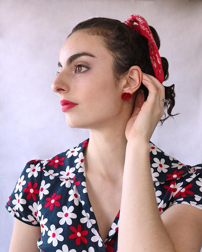 Boucles d'oreille en forme de fleur rouge et bandana dans les cheveux