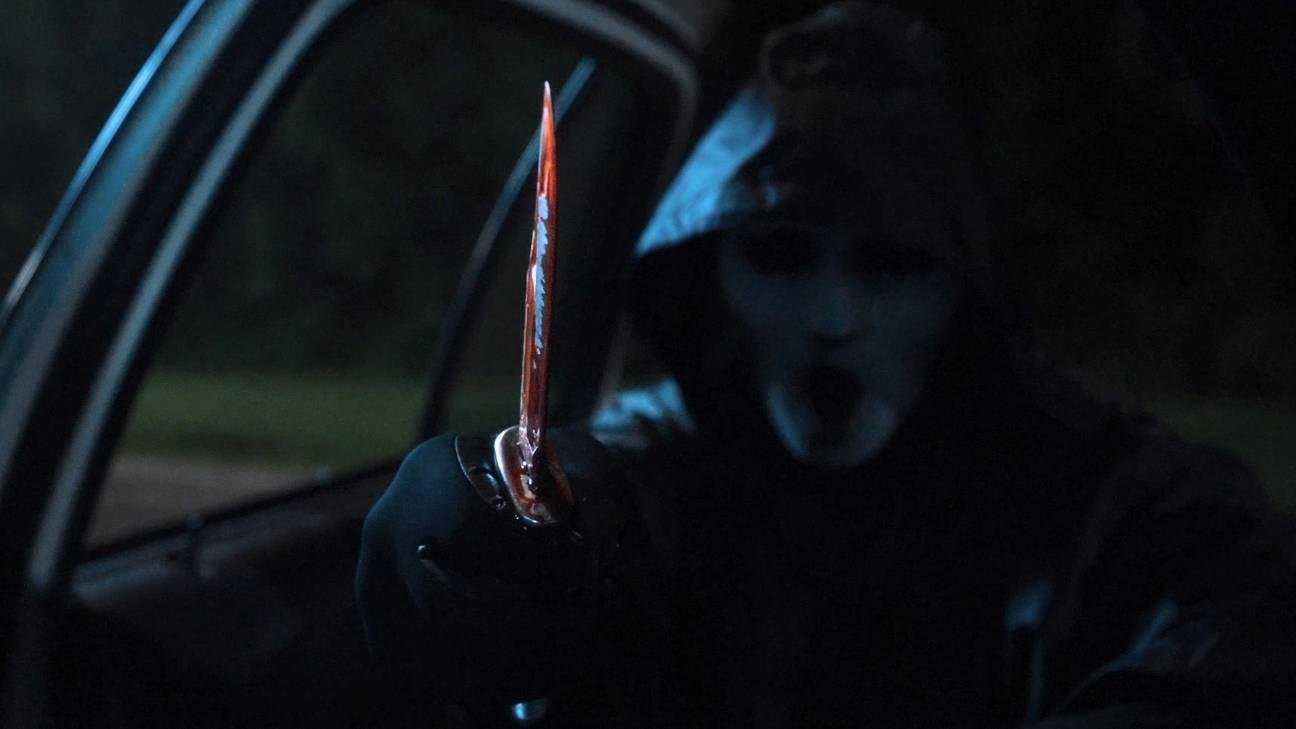 El asesino, con la máscara de Brandon James, en Scream
