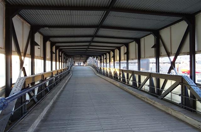 Brücke mit Tunnel zum Schiffanleger an den Landungsbrücken in Hamburg